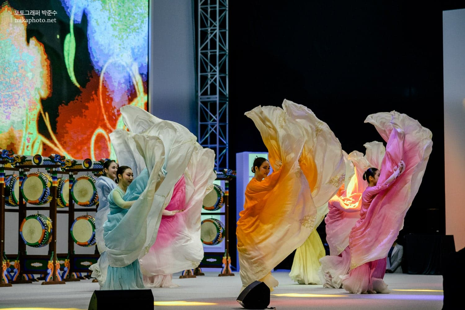 Traditional dance performance during the opening ceremony of ICN 2015 Seoul.